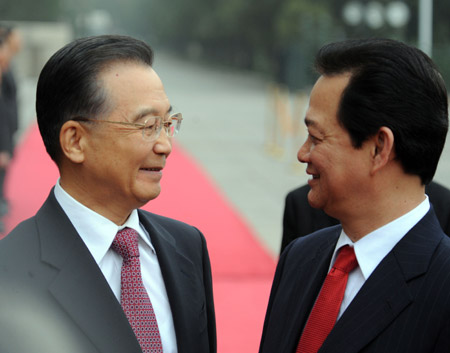 Premier Wen Jiabao welcomes Vietnamese Prime Minister Nguyen Tan Dung to the Great Hall of the People in Beijing, October 22, 2008. [China Daily]