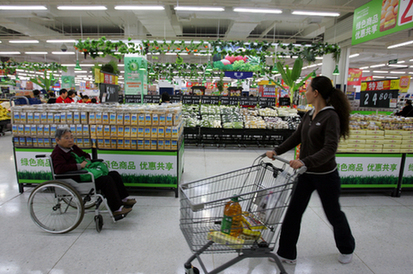 Shoppers at a new Wal-Mart store in Beijing's Wangjing area. [China Daily]