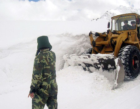 Armed police struggle to clear roads to restore traffic in southwest China's Tibet Autonomous Region on October 27, 2008. Three days of continual heavy snow has blocked the only road leading to Zayu County, a fertile and prosperous area in southeastern Tibet. [Photo: Xinhua]