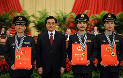 President Hu Jintao presents medals and certificates to the three astronauts of Shenzhen VII mission.