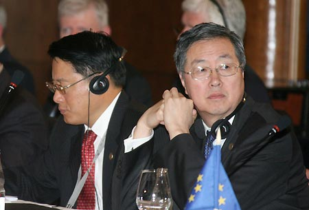Zhou Xiaochuan (R), governor of the People's Bank of China, and Chinese Vice Finance Minister Li Yong attend the meeting of G20 Finance Ministers and Central Bank Governors in Sao Paulo, Brazil, Nov. 8, 2008. The two-day meeting was opened on Saturday.