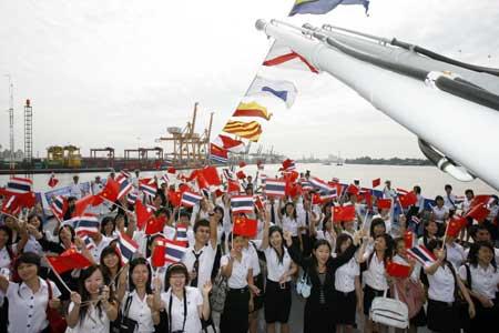 Chinese students studying in Thailand visit Chinese navy ship (CNS) Zhenghe at the Bangkok Port, Thailand, Nov. 10, 2008.