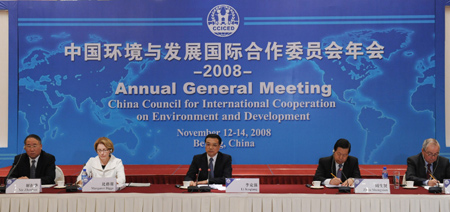 Chinese Vice Premier Li Keqiang (C) attends the annual general meeting of China Council for International Cooperation on Environment and Development in Beijing, capital of China, Nov. 12, 2008. [Xinhua]