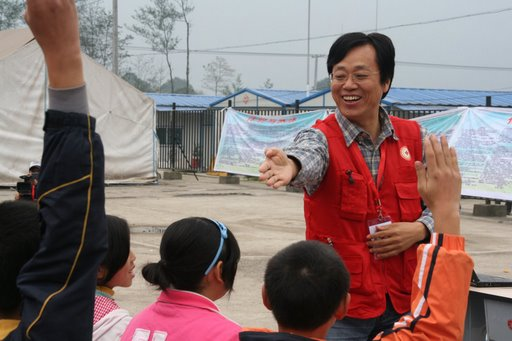 Psychologist Professor Wo Jianzhong holds a group session for fifty children at the at the Sunshine in Your Heart psychosocial project organized by the Red Cross Society of China in Yinghua Middle School, Yinghua Township, Shifang City (Sichuan Province) on 10th and 11th November 2008. [Photo: Francis Markus/IFRC]