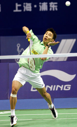 Lee Chong Wei of Malaysia returns the shuttle during the first round match against China's Qiu Yanbo in the men's singles of Li Ning China Open Badminton Super Series 2008 in Shanghai, China, Nov. 19, 2008.Lee won 2-1(8-21, 21-14, 21-16). [Xinhua]