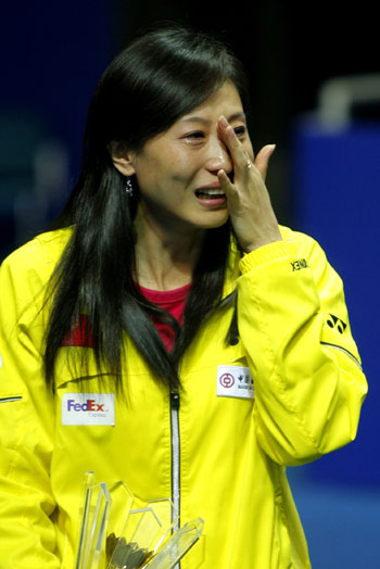 China's two-time Olympic champion Zhang Ning wipes tears from her face during a ceremony in honor of her retirement with five other teammates from the national badminton team on the sidelines of the China Open badminton event in Shanghai, November 23, 2008. The 33-year-old veteran, who won gold in Athens and Beijing, has become the coach of the national women's team. [Xinhua]
