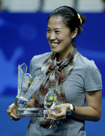 China's two-time Olympic mixed doubles champion Gao Ling poses with her award during a ceremony to mark her retirement with five other teammates from the national badminton team on the sidelines of the China Open badminton event in Shanghai, November 23, 2008. [Xinhua]