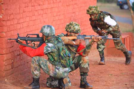 "Chinese and Indian soldiers attend the comprehensive drills of the ""Hand in Hand 2008"" China-India army joint anti-terrorism training in Belgaum of India, Dec. 10, 2008."