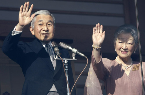Japan's Emperor Akihito (L) and Empress Michiko wave to well-wishers as the monarch celebrates his 75th birthday at the Imperial Palace in Tokyo December 23, 2008.