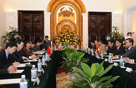 Chinese Deputy Foreign Minister Wu Dawei (2nd L) and his Vietnamese counterpart Vu Dung (1st R) attend a meeting in Hanoi, Vietnam, on Dec. 31, 2008.