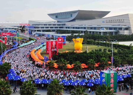 Runners take part in the 2009 Xiamen International Marathon in Xiamen, southeast China's Fujian Province, Jan. 3, 2009.