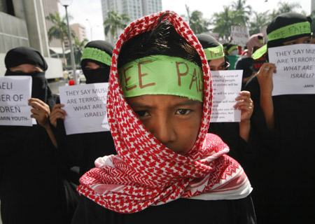 People hold a demonstration in front of the Israeli Embassy to the Philippines to protest against Israel's continued military attacks on the Palestinians in the Gaza Strip, in Manila Jan. 5, 2009. [Xinhua]