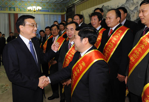 Vice Premier Li Keqiang met Wednesday with 13 outstanding geologists and praised their contributions to the oil and mining industries.