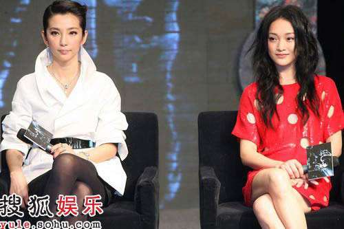 Cast members Li Bingbing (L) and Zhou Xun promote the new film 'Feng Sheng' at a press conference in Beijing on January 15, 2009.