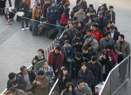 Passengers wait to enter the subway station outside the Beijing railway station in Beijing, capital of China, Feb. 9, 2009. China's railways would undergo the second post-festival travel peak since Monday which was also the traditional Chinese Lantern Festival, the Ministry of Railways (MOR) said.[Xinhua/Xing Guangli]