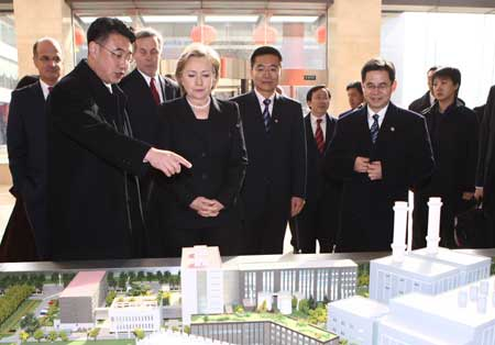 U.S. Secretary of State Hillary Clinton (4th L) visits the Beijing Taiyanggong Gas-fueled Thermal Power Co., Ltd. (Taiyanggong Power Plant) of the Beijing Energy Investment Co., Ltd. in Beijing, capital of China, Feb. 21, 2009. [Xing Guangli/Xinhua]