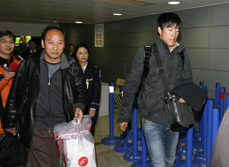 Chinese 110m hurdle star Liu Xiang (1st R) arrives in Shanghai, east China, March 8, 2009. Liu came back to Shanghai on Sunday after a successful foot surgery and three-month rehabilitation in the United States. [Xinhua]