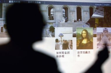 A worker at the Louvre Museum introduced the Chinese version of the Louvre Museum's website on March 10, 2009. [Xinhua]
