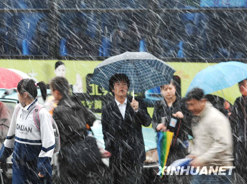 Affected by a cold front from the north, the temperature in Dalian, Liaoning Province, suddenly dropped on Thursday morning, with rains and sleets coming down. There had been no record of snowfall in mid April in the history of the city, according to the meteorological department.