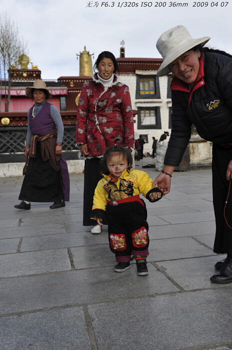Tibetans in Jokhang Temple in Lhasa, southwest China's Tibet Autonomous Region. This photo was taken on early April this year. [Guo Xiaotian/China.org.cn]