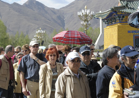 Tourists line for visiting the Potala Palace in Lhasa, southwest China's Tibet Autonomous Region, April 21, 2009. Tibet received 140,000 domestic and foreign tourists in the first quarter of this year, a 6.9 percent increase year on year, according to the Tourism Administration of Tibet Autonomous Region. (Xinhua/Purbu Zhaxi)