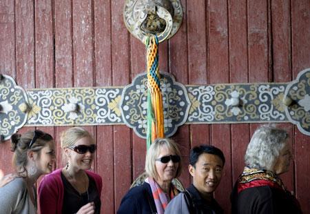 Tourists line for visiting the Potala Palace in Lhasa, southwest China's Tibet Autonomous Region, April 21, 2009.(Xinhua/Purbu Zhaxi)