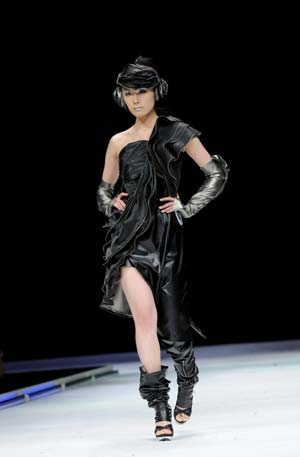 A model presents a creation during a fashion contest for graduate designers of Donghua University in east China's Shanghai, April 27, 2009. Students who are going to graduate from fashion design major took part in the contest to show their talents.