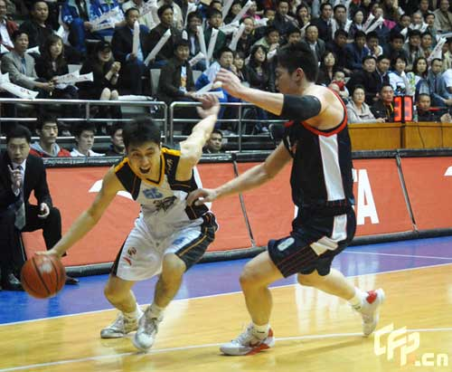 Xinjiang Guanghui (White) beat Guangdong Dongguan Bank 98-95 in third game of CBA finals.