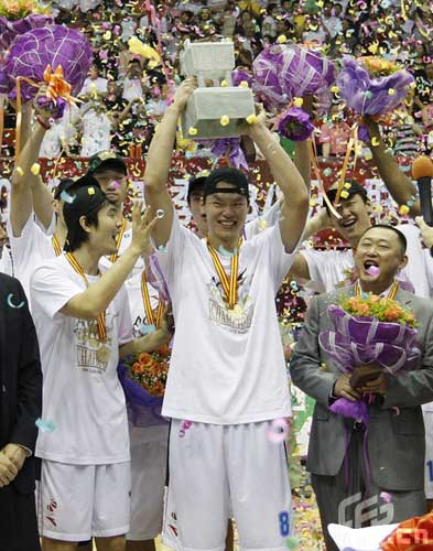 Reigning champion Guangdong Dongguan Bank beat Xinjiang Guanghui 106-95 at home in the fifth game of the Chinese Basketball Association (CBA) League finals on Sunday, claiming the title again by winning the best-of-seven series by 4-1.