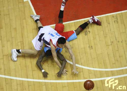Reigning champion Guangdong Dongguan Bank (White) beat Xinjiang Guanghui 106-95 at home in the fifth game of the Chinese Basketball Association (CBA) League finals on Sunday, claiming the title again by winning the best-of-seven series by 4-1.