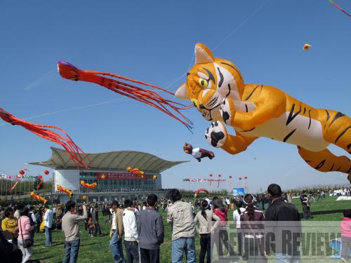 As part of the 26th Weifang International Kite Festival, a 10,000-person kite-flying performance takes place at Fuyanshan Kite-flying Field on April 21.