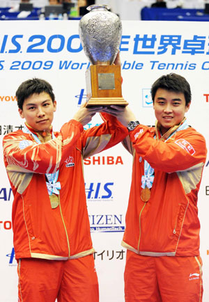 Goldmedalists Wang Hao (R) and Chen Qi from China pose with their trophy after the men's doubles final match during the World Table Tennis Championships in Yokohama, south of Tokyo May 4, 2009. [Xinhua]