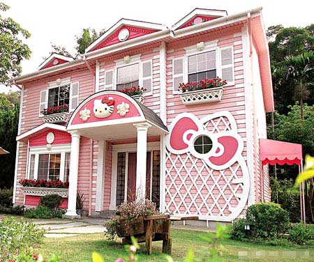A Hello Kitty Castle has opened to the pulic in Xinhua Rd, Shanghai earlier this year, realizing the dreams of fans of the cute Japanese cartoon figure.