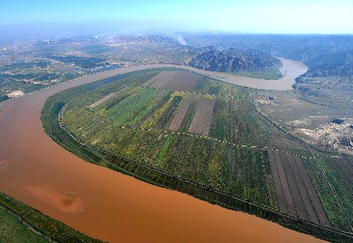 Photo taken on September 17, 2008 shows the Yellow River, dubbed the 'mother river' of China, flows through Ningxia Hui Autonomous Region, an arid area in northwest China. [Xinhua]