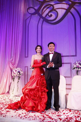 Supermodel bride Jiang Peilin is seen with groom Liu Jun, senior vice president of Lenovo, at their wedding in Beijing on May 28, 2009. Their wedding on Thursday attracts attention from both the entertainment and IT industries. Jiang, 30, and Liu, 40, dated for only a couple months following their romantic encounter at a Christmas party last year, according to Sina.com.cn.