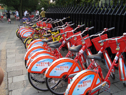 Under the city's plan, Hangzhou will have 2,000 service outlets offering 50,000 bicycles for rent by the end of the year. People will find one service outlet every 100 m downtown.