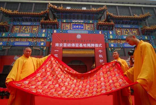 The cassock, with traditional Buddhist patterns such as lotus and sacred vases woven in gold thread, was given to Shi Yongxin, the country's most controversial monk, by a private brocade company in Nanjing, Jiangsu Province, where the 'dragon robes', garments for ancient China's emperors, were usually manufactured.