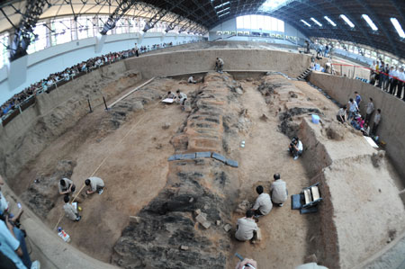 Archaeologists work at the excavation site of No. 1 pit of the Terra-cotta Warriors and Horses of Emperor Qin Shihuang, in Xi'an, capital of northwest China's Shaanxi Province, June 13, 2009. (Xinhua/Jiao Weiping)