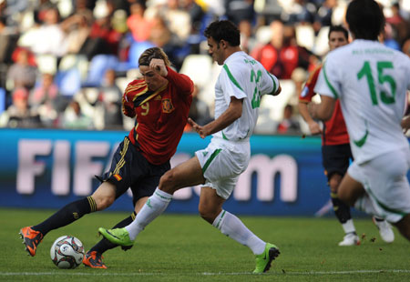 Fernando Torres (L) of Spain vies with Muayad Khalid of Iraq during the Group A second round match at the FIFA Confederations Cup in Bloemfontein, South Africa, June 17, 2009.(Xinhua/Yang Lei)