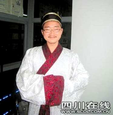 Huang Ling wears an ancient Chinese costume. Huang loves ancient oracle bone characters and is determined to continue studying and researching in this field.