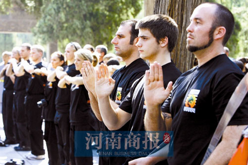 The disciples listen attentively to a sermon by Shaolin Kung-fu masters. [Henan Business Daily]