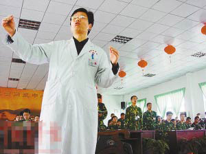 Yang Yongxin administers ECT treatment at a clinic in east China's Shangdong province. [File photo: sohu.com]