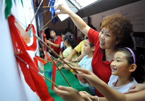 The Beijing Shadow Play Theater Group taught children about the Chinese folk art. [Xinhua]