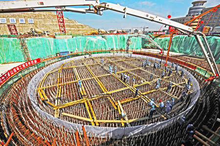 Workers Friday began pouring the foundation for the last of the two new generating units planned as an addition to the first phase of the Qinshan nuclear power plant in Fangjiashan, Haiyan, on the northern coast of Hangzhou Bay, Zhejiang Province. [Xinhua]