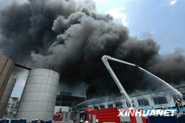 Firefighters have been struggling for at least five hours to control a blaze at a warehouse in a pen factory in east China's Wenzhou City. [Xinhua]