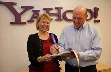 Microsoft CEO Steve Ballmer signs a global search agreement with Yahoo! CEO Carol Bartz at Yahoo!'s Sunnyvale headquarters on July 29, 2009. [Photo by Yahoo! Inc.]