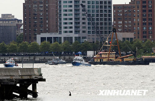 Police boats search the site of a crash between a sight seeing helicopter and an airplane over the Hudson River, in New York, the United States, Aug. 8, 2009. [Xinhua]