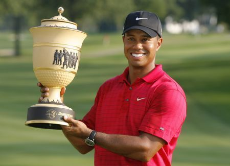 U.S. golfer Tiger Woods poses with the trophy after winning the WGC Bridgestone Invitational golf tournament in Akron, Ohio, August 9, 2009. Woods won the tournament with a 12-under-par 268.(Xinhua/Reuters Photo)
