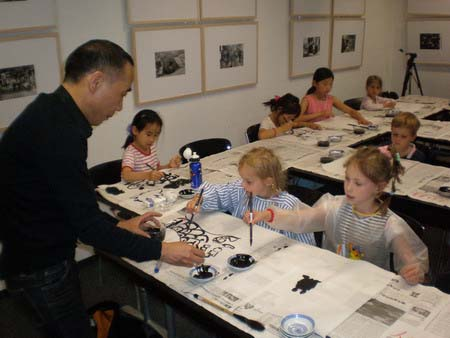 German children attending a Chinese ink painting class at the Confucius Institute in Frankfurt. [Globaltimes.com]