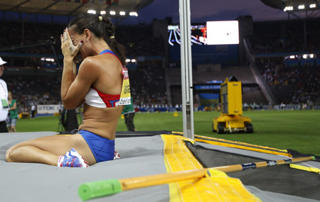 Russia's Elena Isinbayeva covers her face after failing her first attempt to clear a height in the women's pole vault final of the 2009 IAAF World Athletics Championships in Berlin, capital of Germany, on August 17, 2009. World's all-time great women's pole vaulter Elena Isinbayeva suffered her first defeat in six years in major competitions. (Xinhua/Liao Yujie)